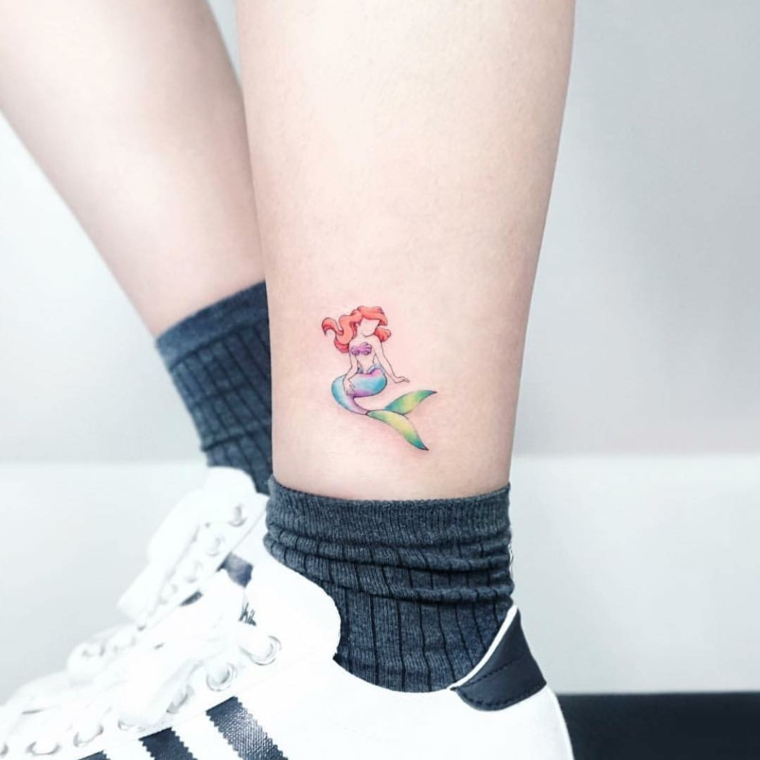 Idea per dei tatuaggi polpaccio donne, tattoo colorato della sirenetta Ariel
