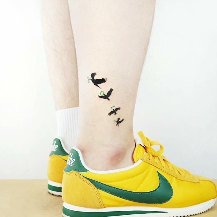 Idee tatuaggi piccoli e uno sulla caviglia di un uomo con disegni di uccellini