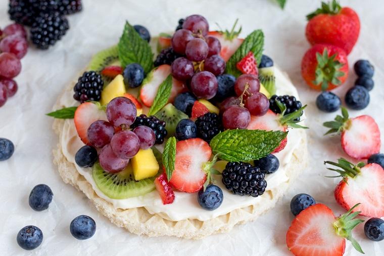 Come decorare con frutti di bosco i dolci senza forno e foglie di menta