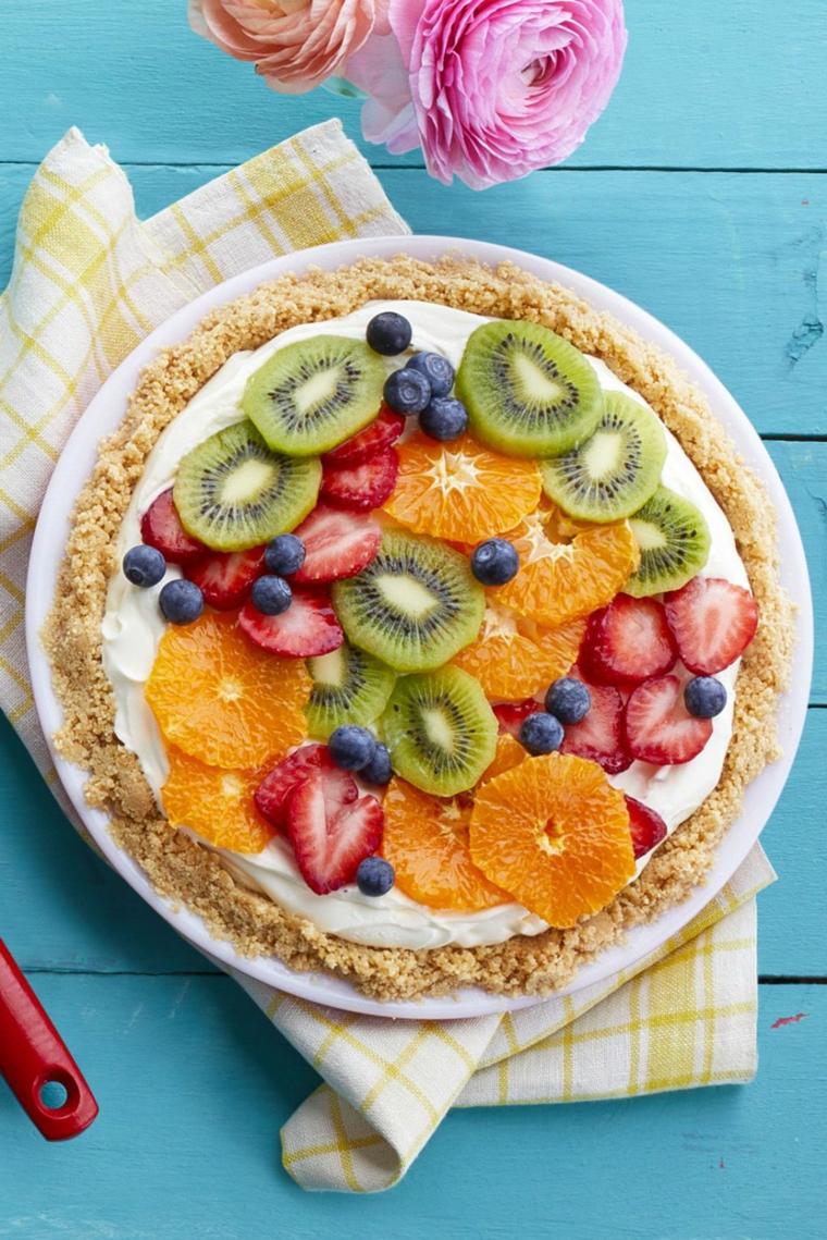Dolce con biscotti secchi e tanta frutta tagliata a fette, strato di panna montata
