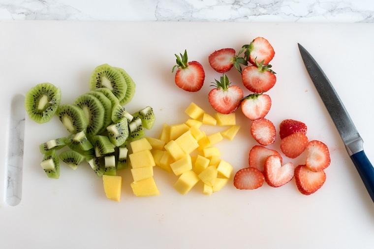 Ingredienti per fare dei dolci veloci e facili con kiwi, mango e fragole tagliate