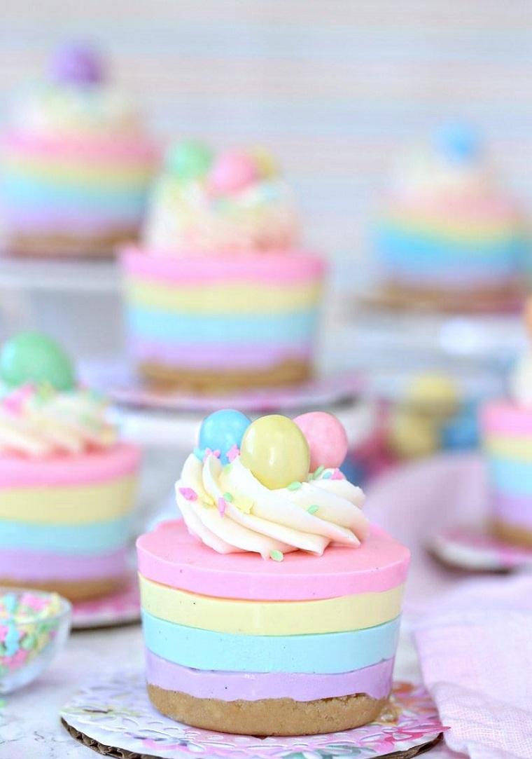 Idea per delle torte fredde particolati con strati colorati e decorazione con panna montata