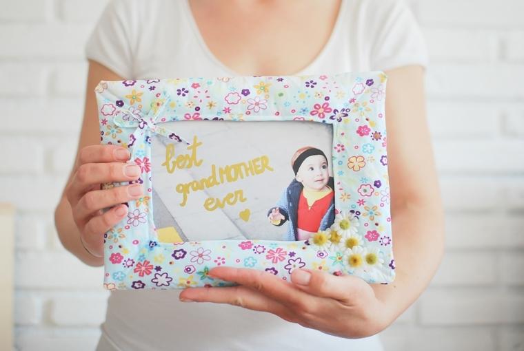 Come fare una cornice di cartone rivestita con della stoffa colorata e personalizzata con scritta