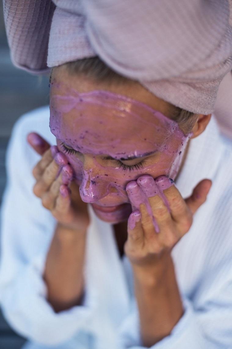 Pulizia del viso fai da te con uno scrub di colore viola a base di mirtilli