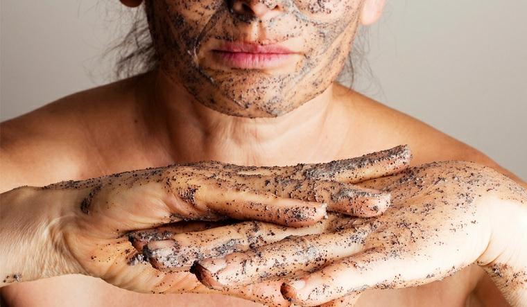 Pulizia del viso fai da te con uno scrub di colore nero per esfoliare la pelle