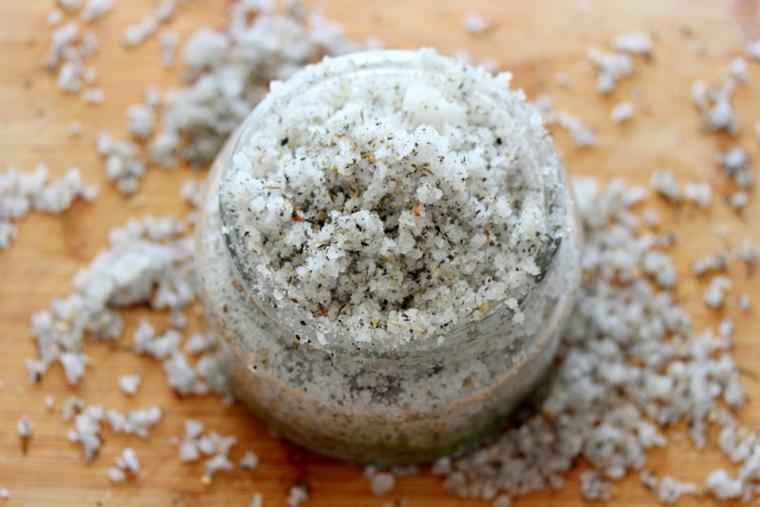 Esfoliare il viso con una maschera ruvida da base di sale e olio essenziale
