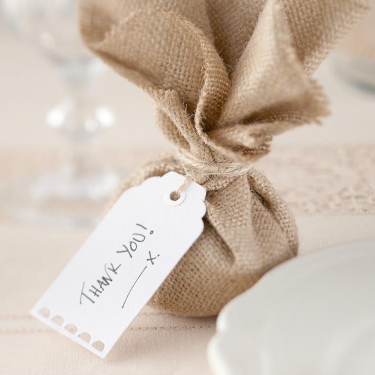 Sacchettino legato con filo di canapa e bigliettino come segnaposto ad un matrimonio