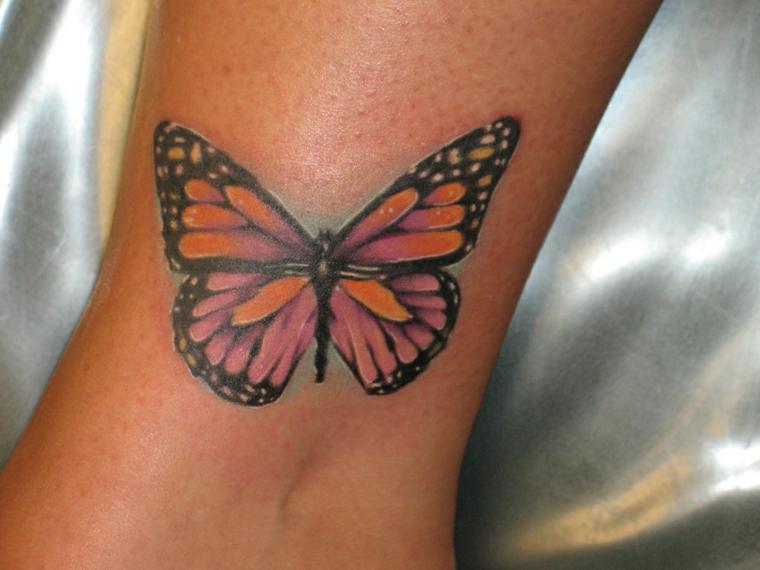 Idee tatuaggi piccoli sulla caviglia di una donna, disegno di una farfalla colorata