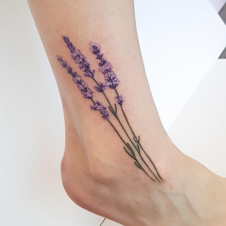Tatuaggi caviglia di una donna con un disegno colorato di un fiore di lavanda