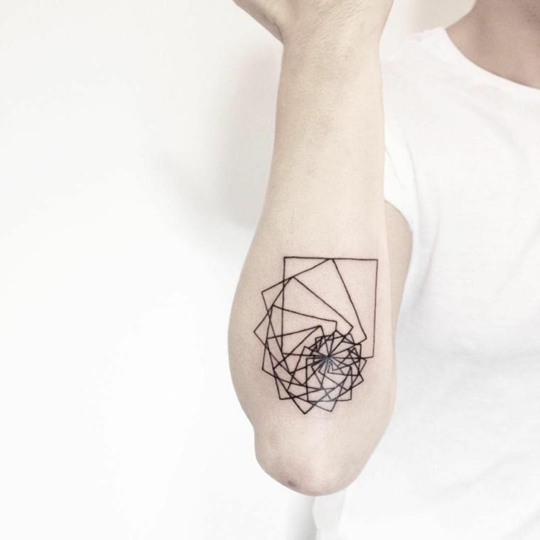 Tattoo avambraccio di una donna con un disegno di forme geometriche intrecciate