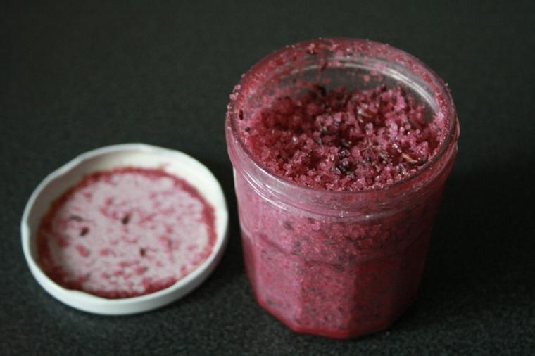 Scrub viso fai da te con frutti di bosco e zucchero, peeling conservato in un barattolo di vetro