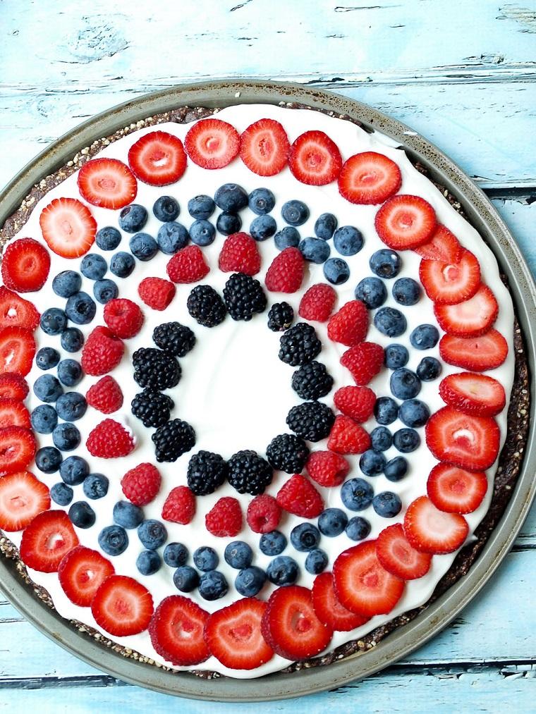 Dolci veloci senza cottura e un'idea con torta rotonda e frutti di bosco come decorazione
