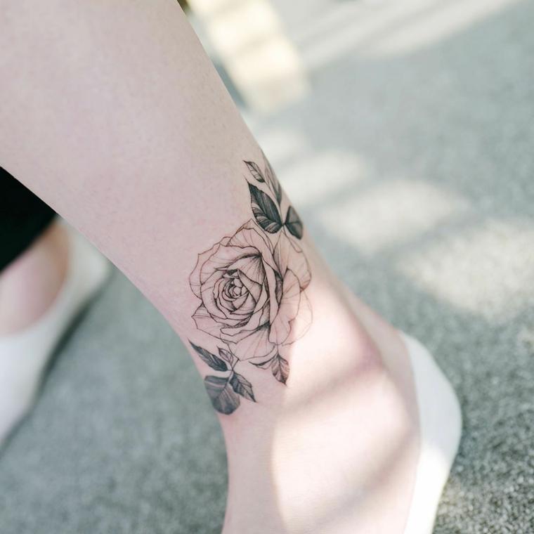 Idea per tattoo caviglia di una donna, disegno bianco e nero di una rosa con foglie