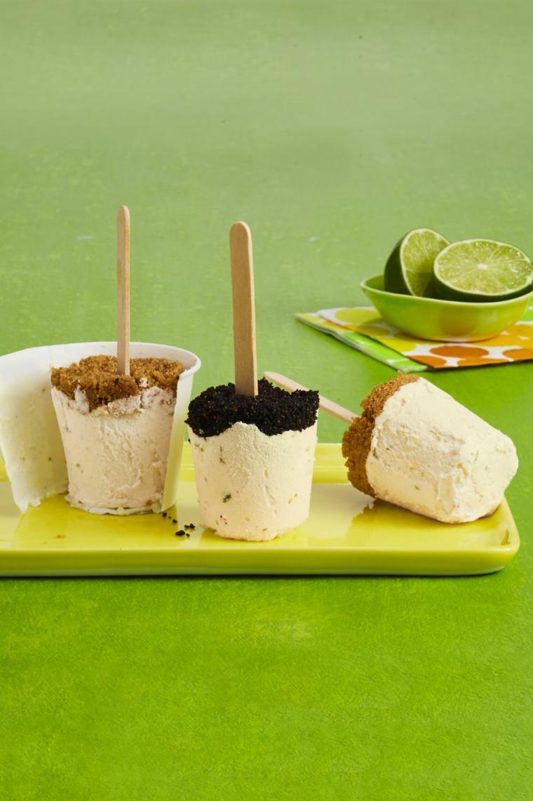 Dolce con biscotti secchi e yogurt congelato, stecchini di legno con un dessert freddo