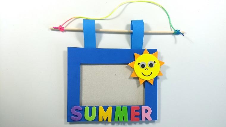 Come realizzare cornici fai da te con gomma eva di colore blu e decorazione con sole