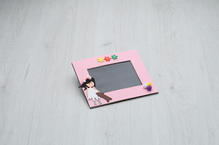 Portafoto fai da te con decorazioni e rivestimento con della gomma eva di colore rosa