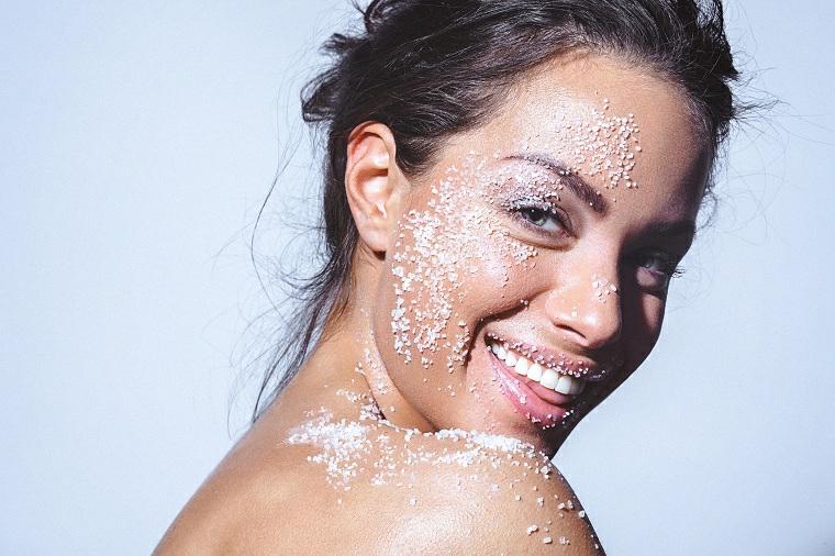 Scrub viso fai da te e come esfoliare la pelle del viso con i sali