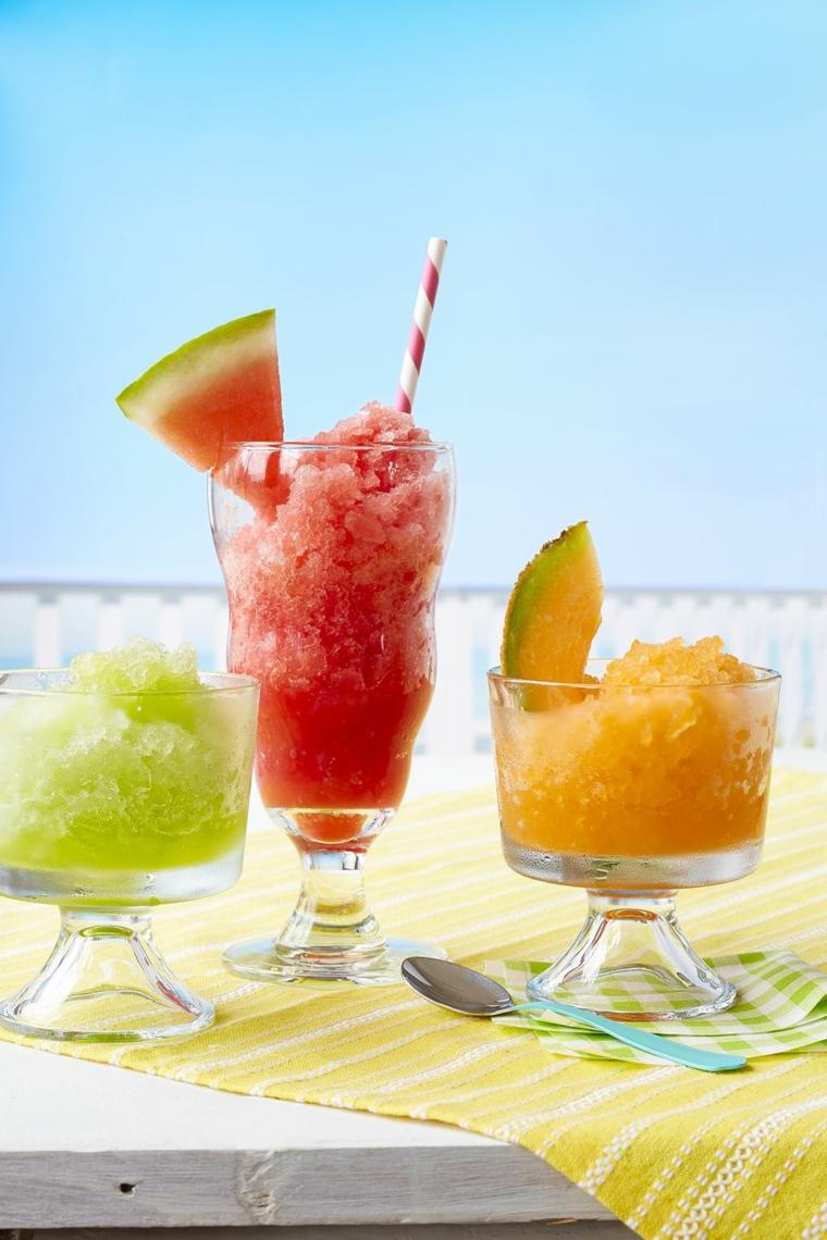 Idea per dei dolci velocissimi, bicchieri con granita alla frutta da bere con cannucce