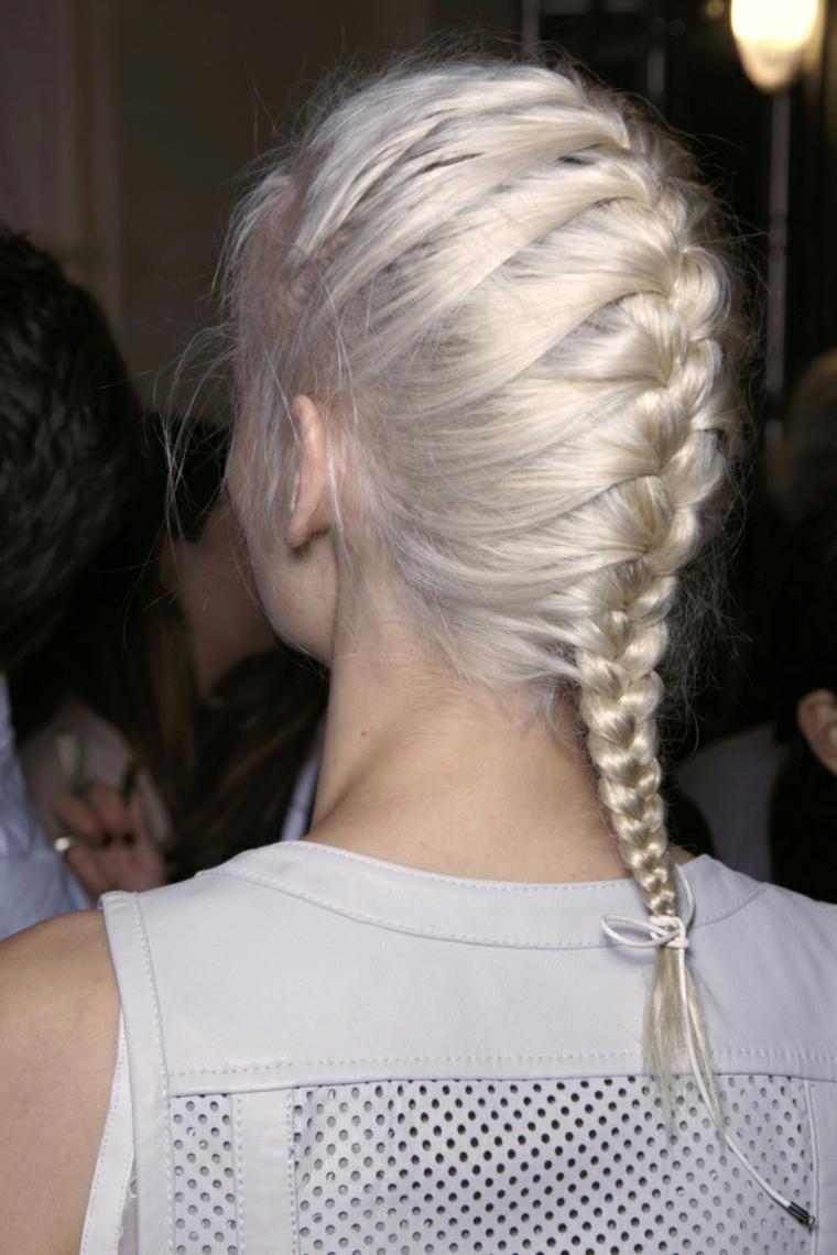 Trecce attaccate alla testa, acconciatura sportiva per dei capelli medi di colore biondo i
