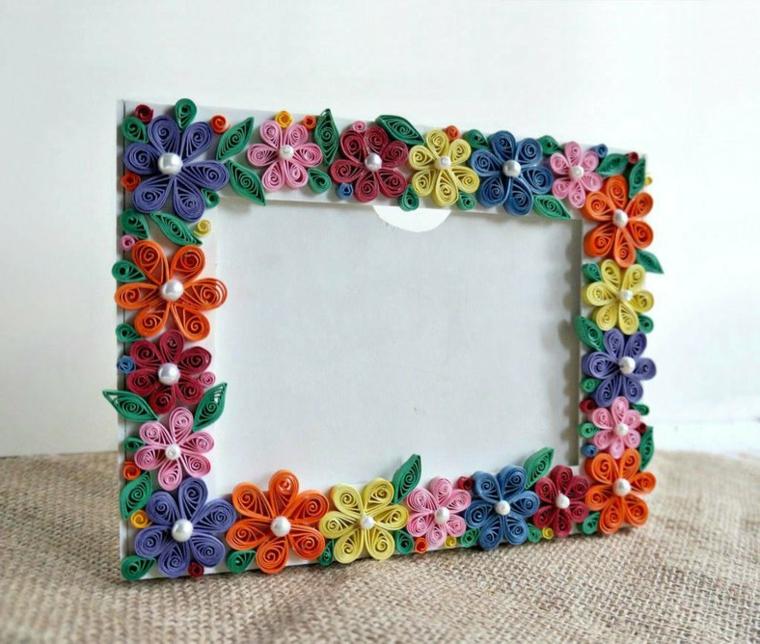 Come fare una cornice di cartone decorata con fiorellini e incollati sui bordi