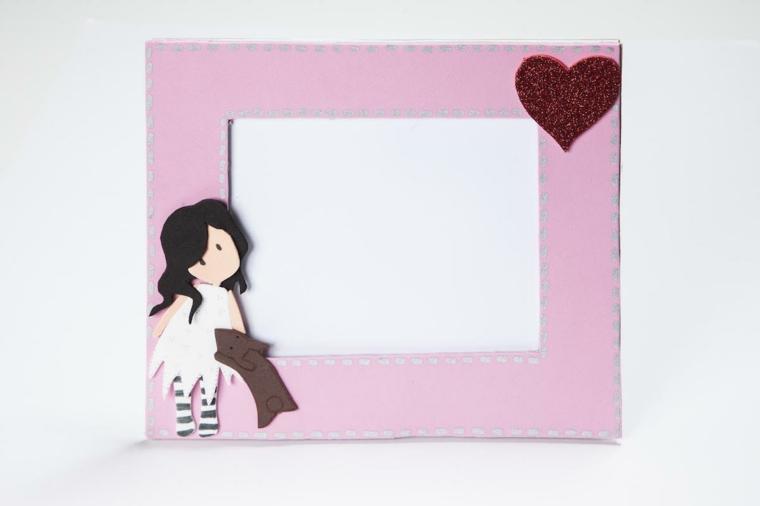 Come fare una cornice di cartone e rivestirla con della gomma eva, decorazione con cuore glitter