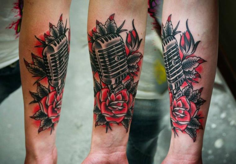 Idea per un tatuaggio braccio di un uomo con il disegno di un microfono avvolto da rose