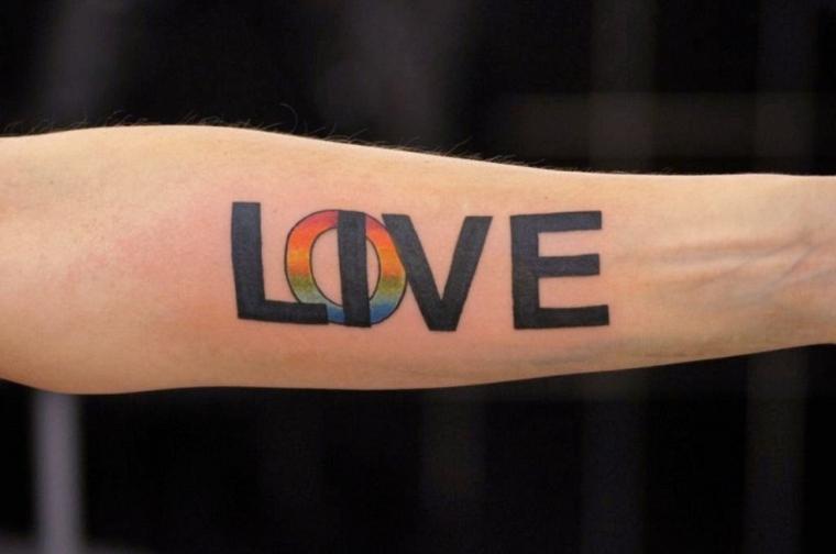 Tattoo scritte braccio e un'idea con una scritta Love e Live sullìavambraccio
