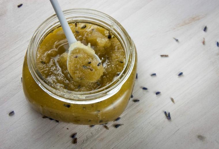 Come aprire i pori con uno scrub a base di kiwi e zucchero conservato in un barattolo di vetro