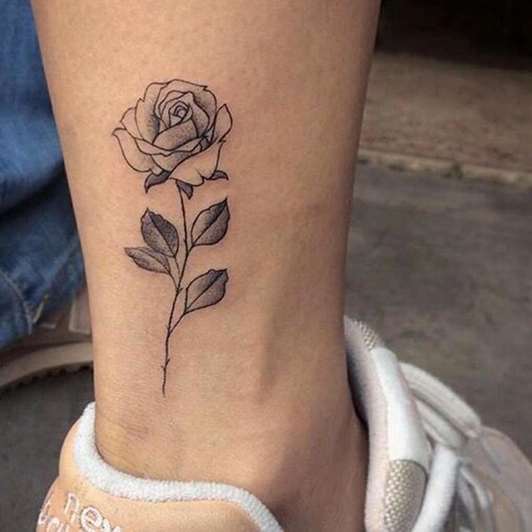 Disegni per dei tatuaggi sul polpaccio di una donna, tattoo rosa con sfumature di nero
