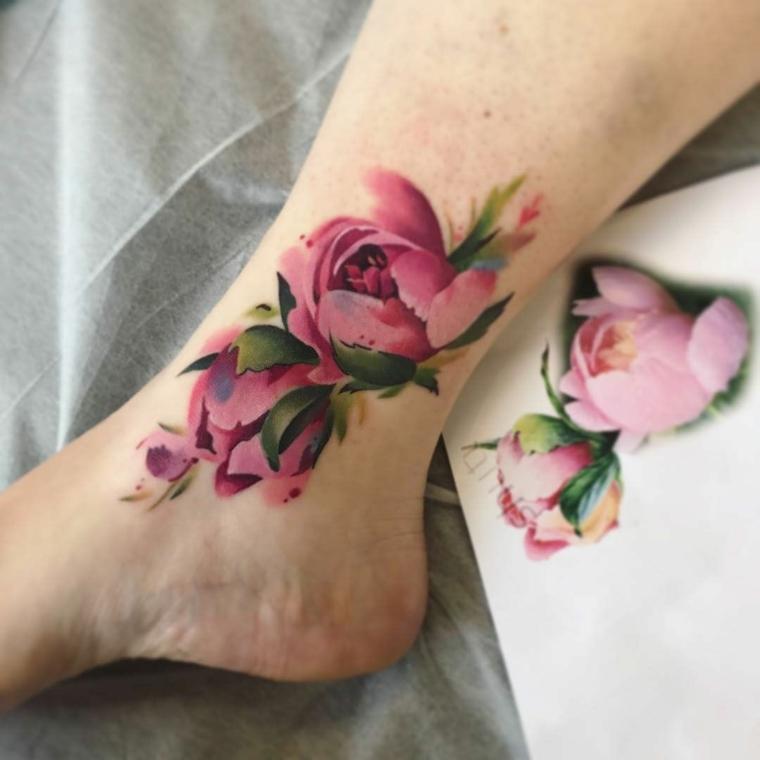Tatuaggi polpaccio donne con un disegno watercolor di un fiore di colore rosa