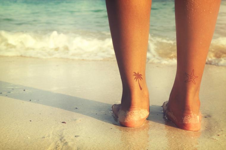 Tatuaggi sul polpaccio di una donna, tattoo palma e stella marina con disegni semplici