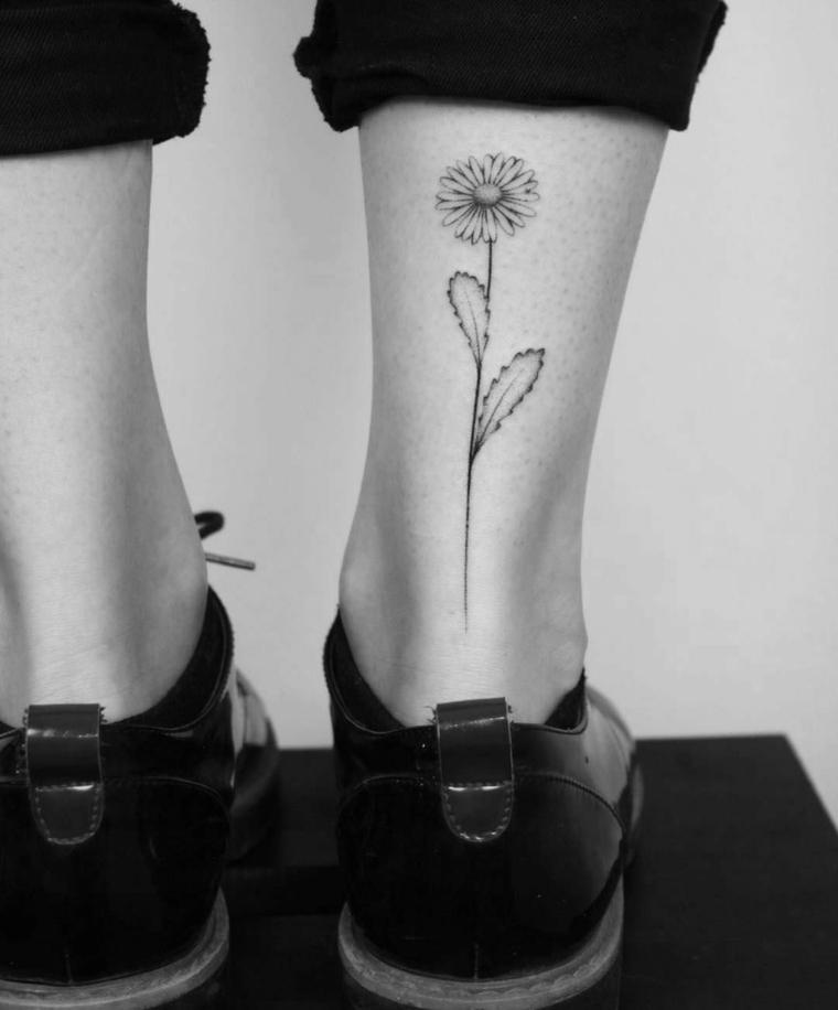 Disegno per dei tatuaggi polpaccio donne, tattoo di un fiore lungo con leggere sfumature