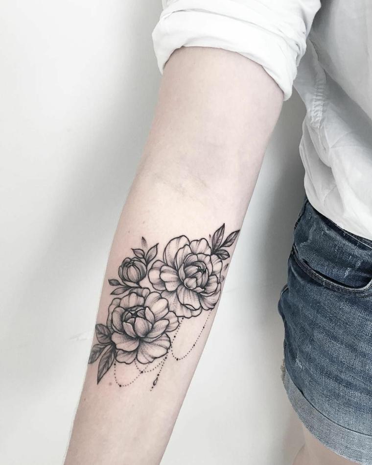 Fiore di lotto con simboli mandala, tatuaggi femminili braccio con leggere sfumature