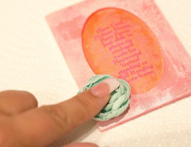 Attaccare i fiorellini finti alla cartolina segnaposto per un matrimonio