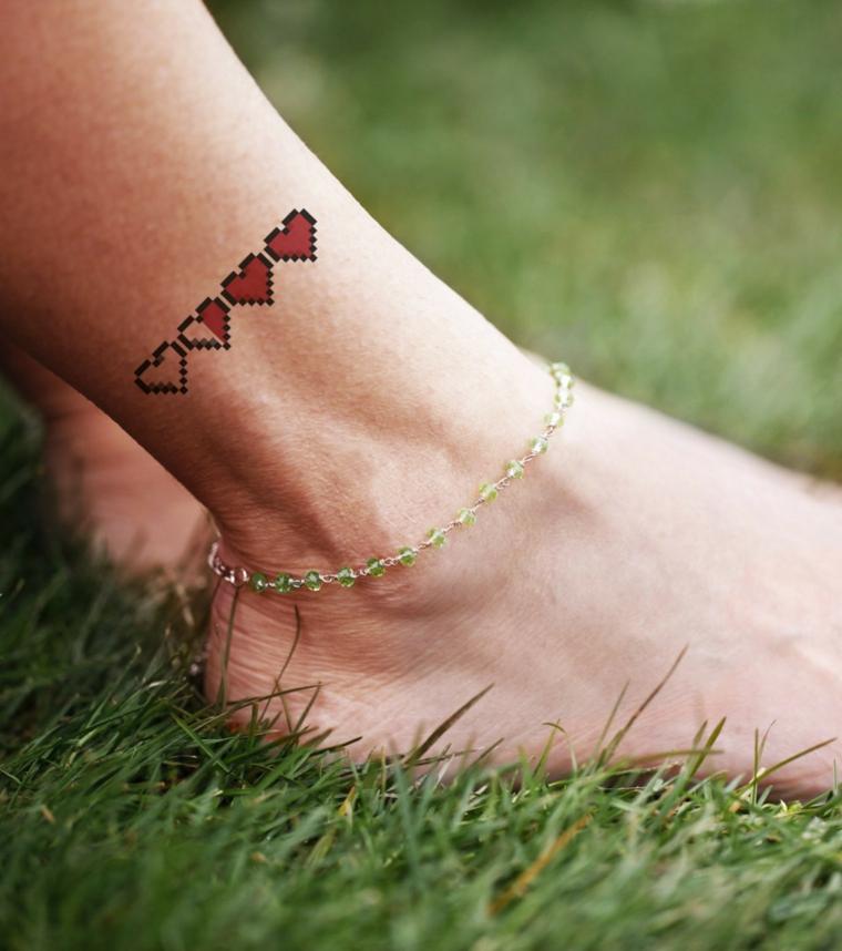 Idea per dei tatuaggi caviglia, tattoo cuoricini rossi sulla gamba di una donna