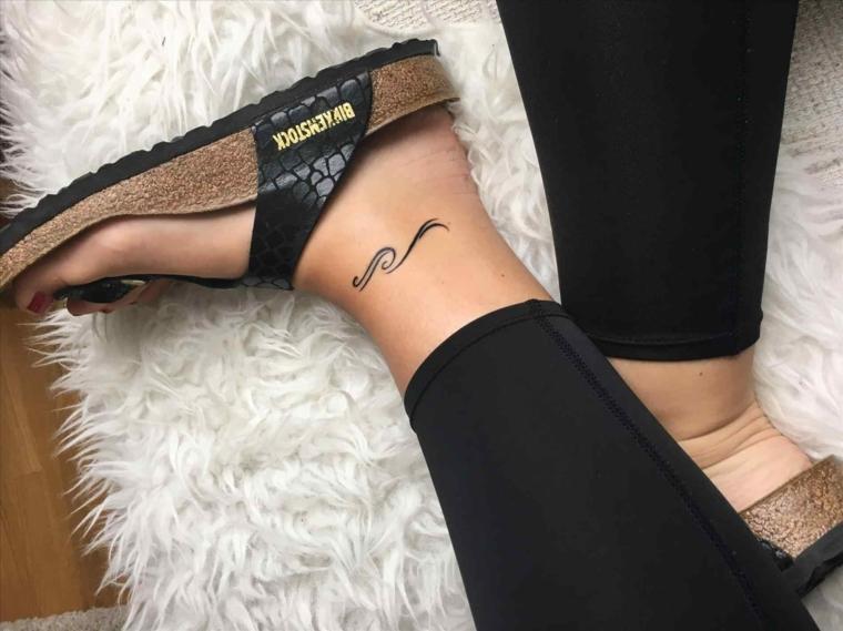 Tatuaggi alla caviglia con un disegno piccolo effetto onda, donna con le infradito di pelle