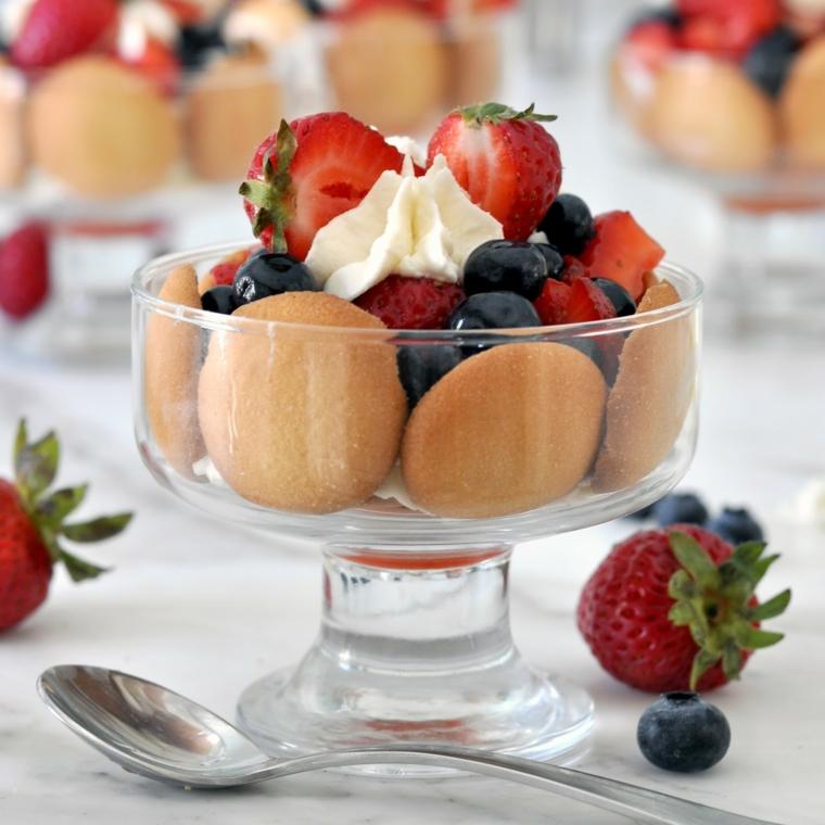Idea per dei dolci velocissimi con biscotti rotondi e frutti di bosco, un pizzico di panna montata