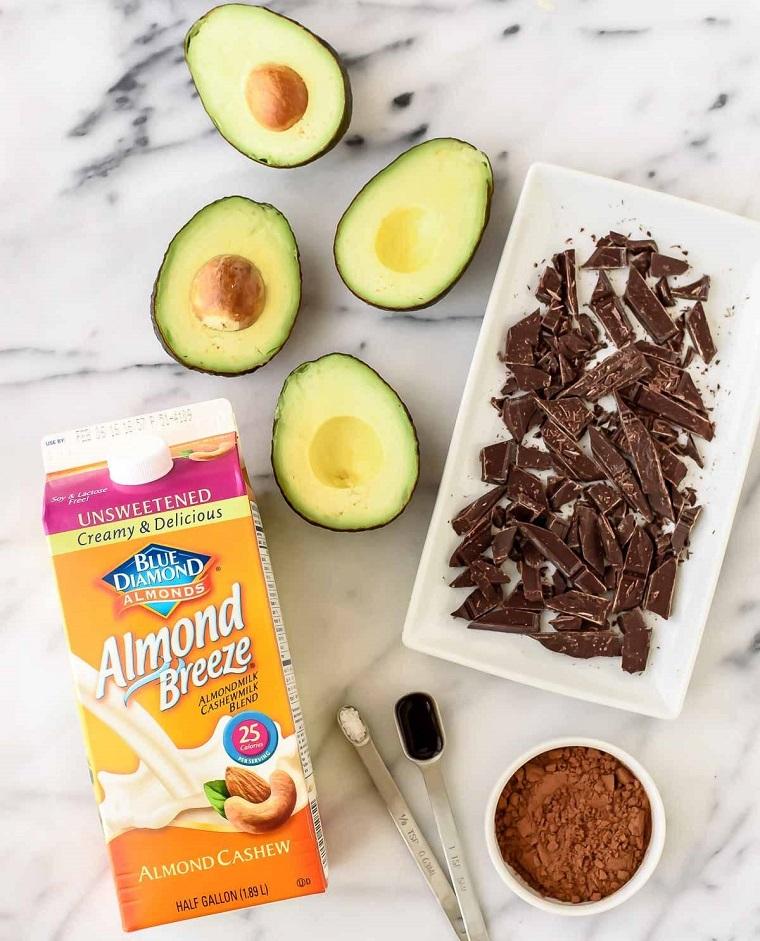Dolci veloci senza forno con cioccolato fondente e avocado, latte di mandorla e cacao