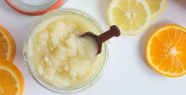 Ciotola di vetro con all'interno uno scrub a base di agrumi e bicarbonato di sodio