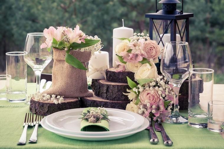 Segnaposto per un matrimonio con una tovaglia verde e piccolo bouquet di fiori legati