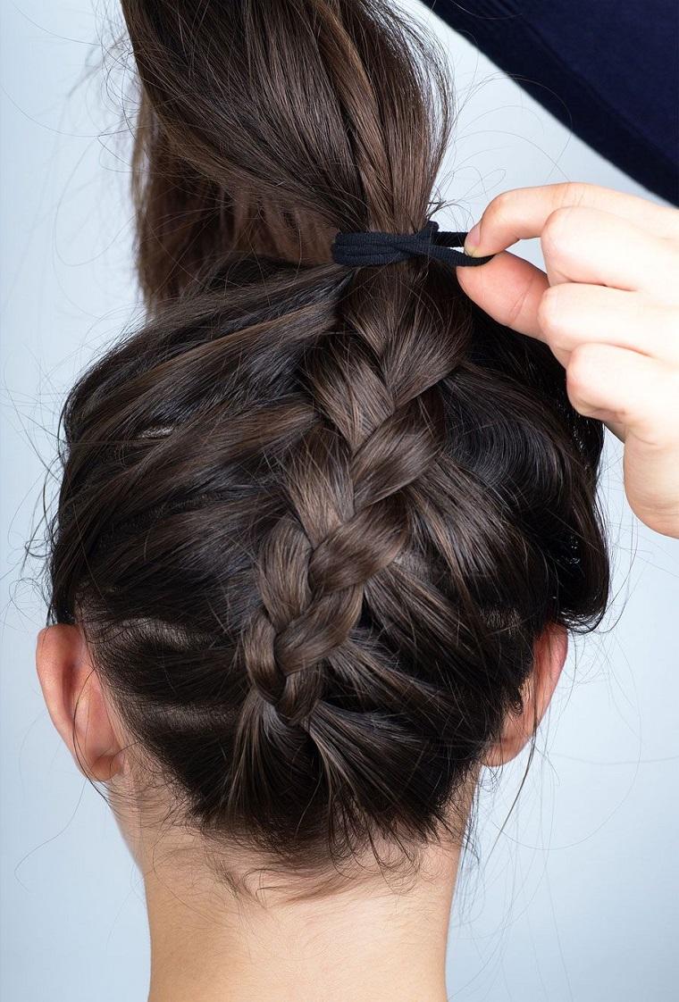 Treccia francese legata con un elastico per capelli, acconciatura elegante con chignon