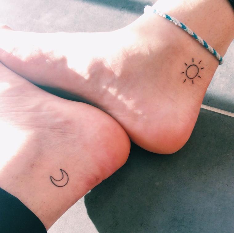 Tatuaggio caviglia uomo con una lune e un sole, tatto piccoli e semplici per le gambe