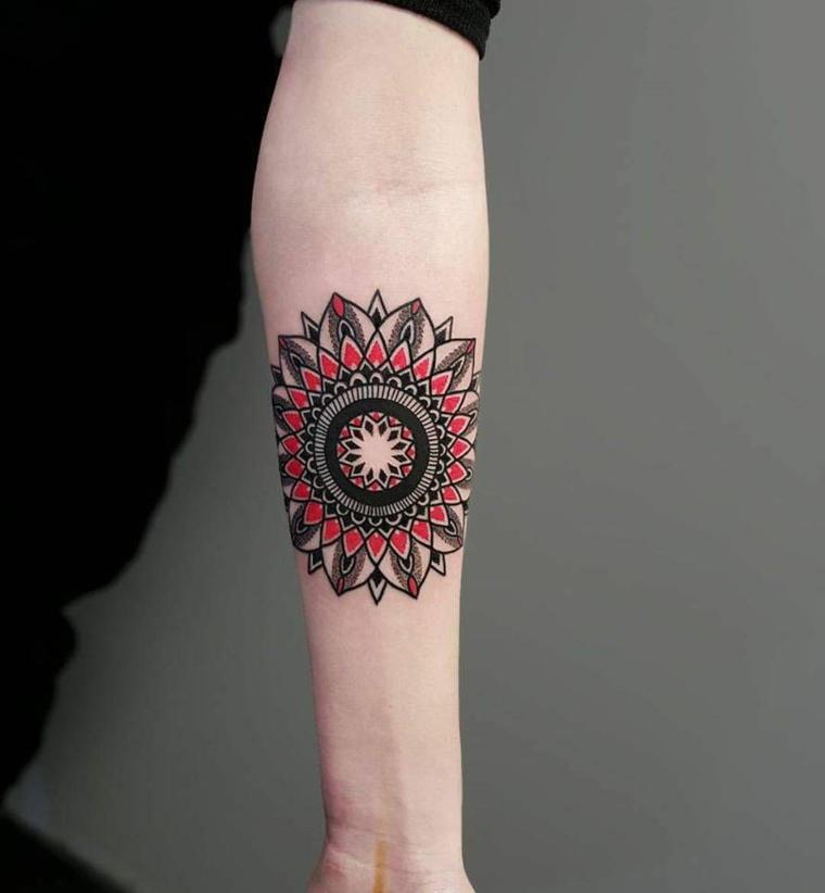 Idea per dei tatuaggi avambraccio uomo con il disegno di un mandala colorato