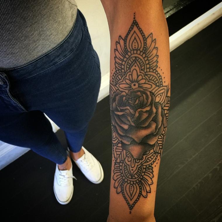Tatuaggi avambraccio e un'idea con un tattoo mandala di una donna con una rosa