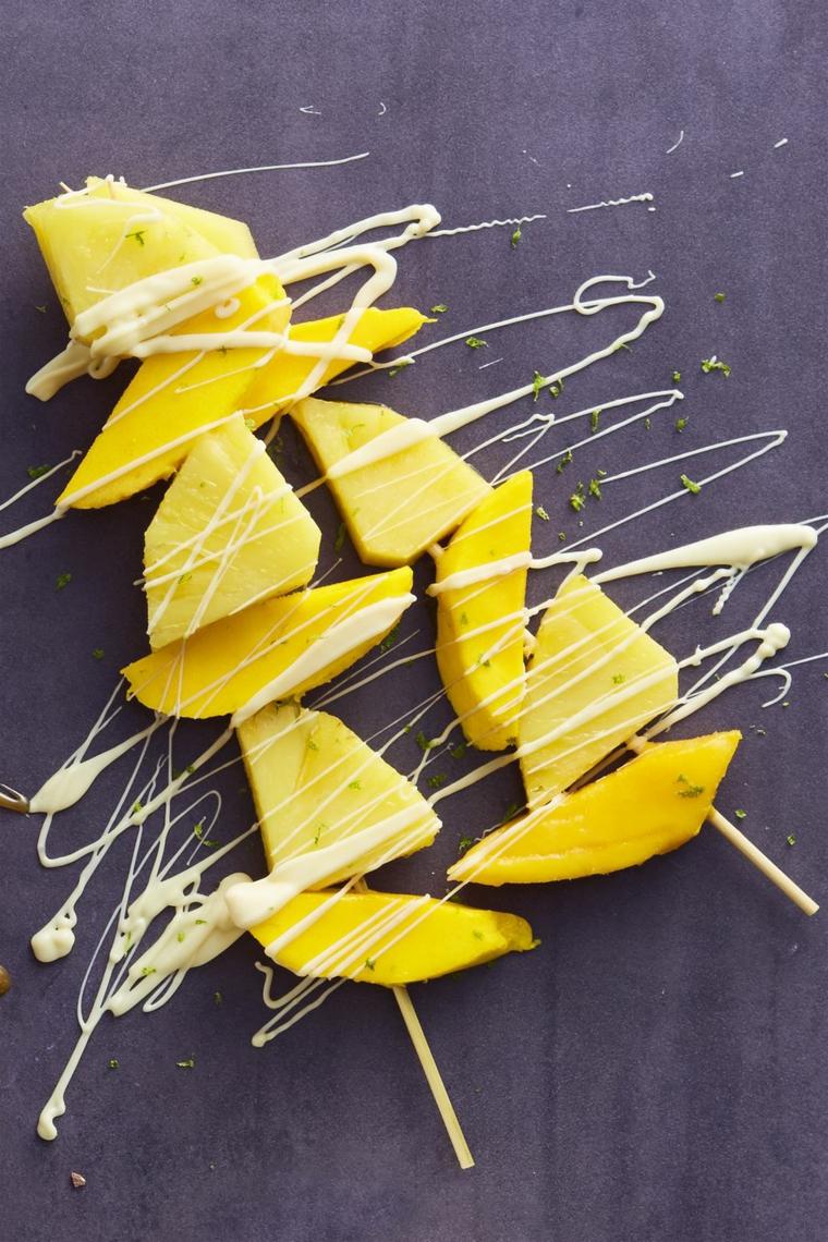 Idea per dei dolci veloci e facili, spiedini di mango e cioccolato bianco
