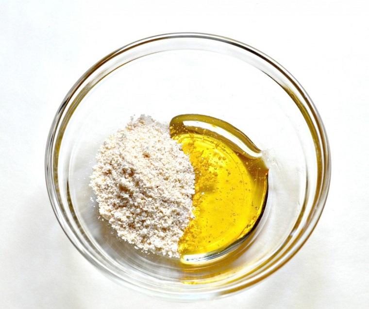 Ciotola di vetro con farina d'avena e miele, come aprire i pori della pelle del viso