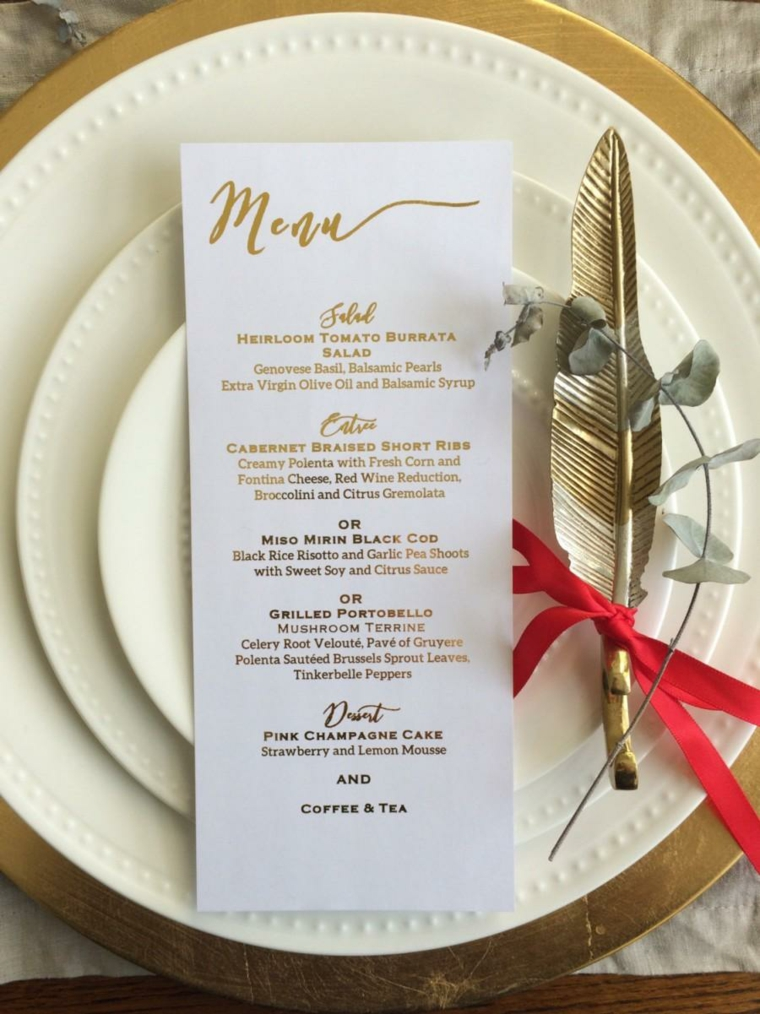 Idee segnaposto matrimonio con il menu e una piuma legata con nastro rosso