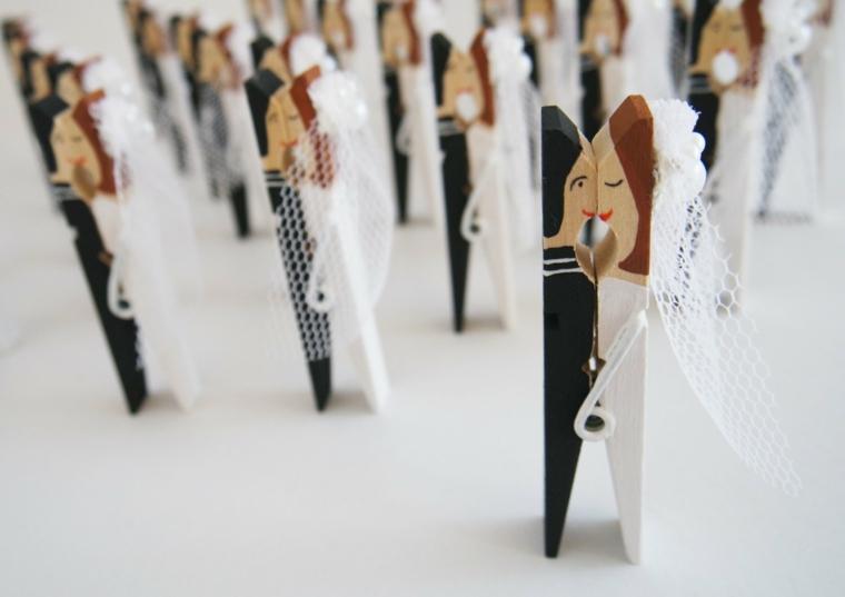Segnaposto fai da te matrimonio con delle mollette di legno dipinte come gli sposi