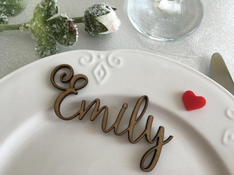 Il nome inciso e posizionato sul piatto come segnaposto, decorazione con una rosa e piccolo cuore