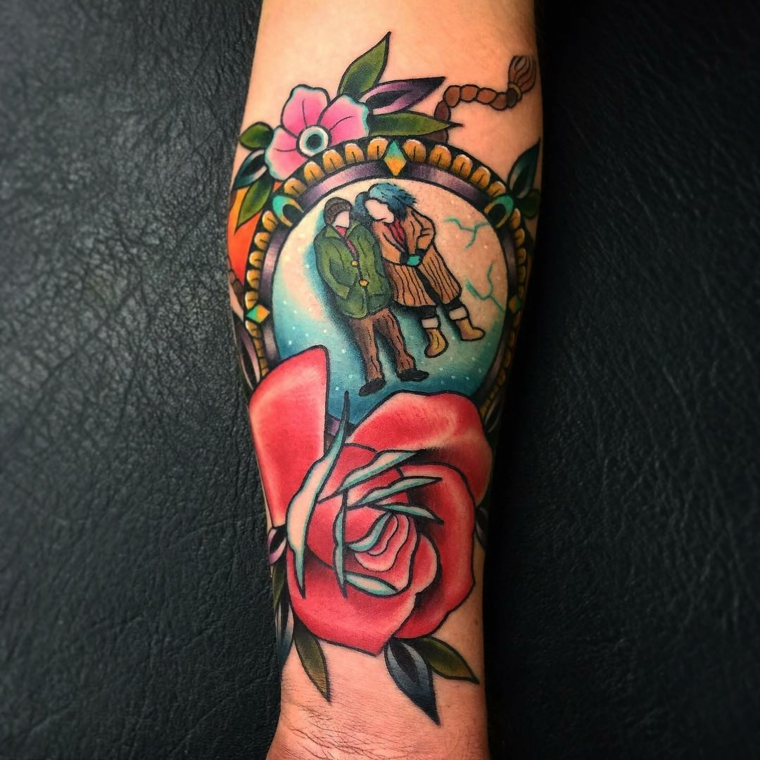 Disegni per dei tatuaggi avambraccio uomo con una cornice colorata e rosa  rossa